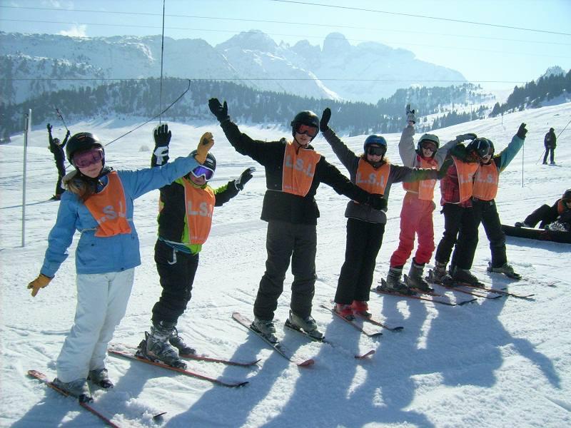 Groupe d'enfants sur les pistes de ski alpin aux plans d'Hotonnes