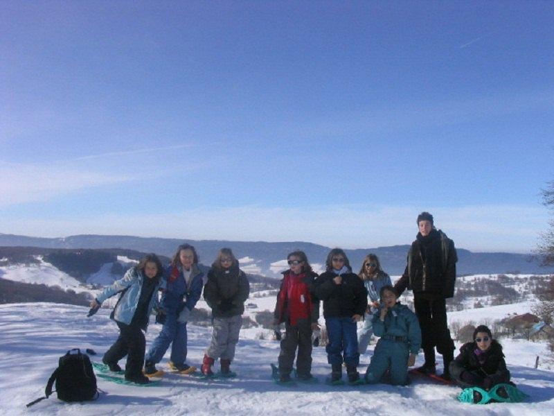 Groupe d'enfants en colonies de vacances à la montagne