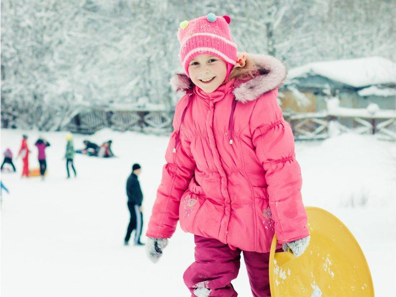 Jeune fille en balade à ski