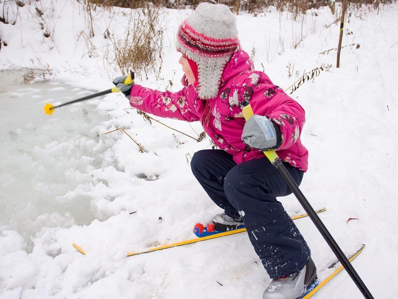Jeune fille à ski à la neige