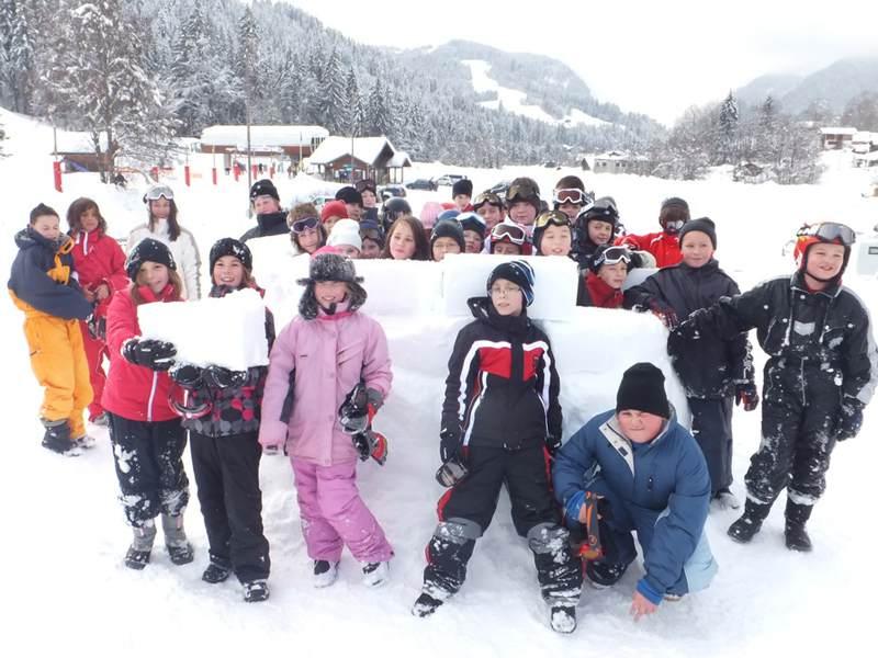 Groupe d'enfants à la neige en colonie de vacances