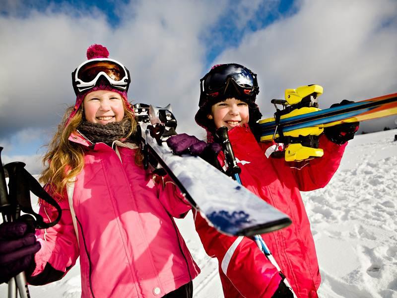 Enfants sur les pistes de ski à noël