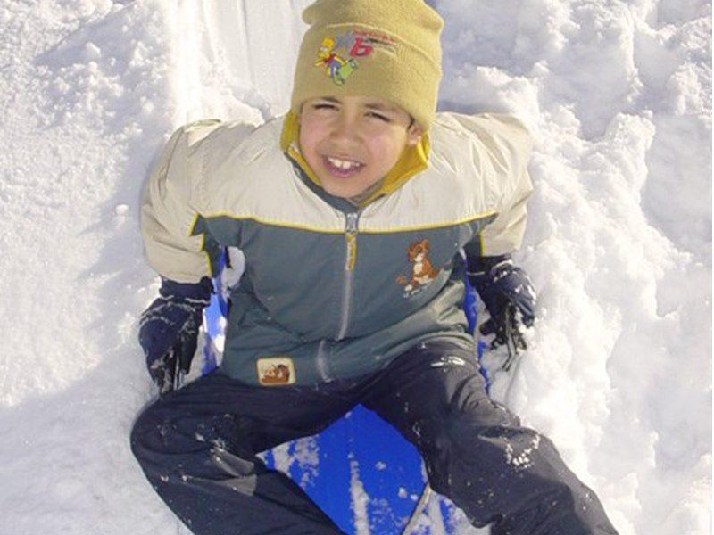 Portrait d'un enfant dans la neige en colonie de vacances
