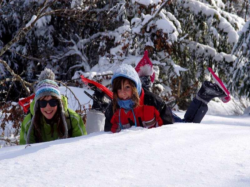 Portrait de jeunes filles dans la neige