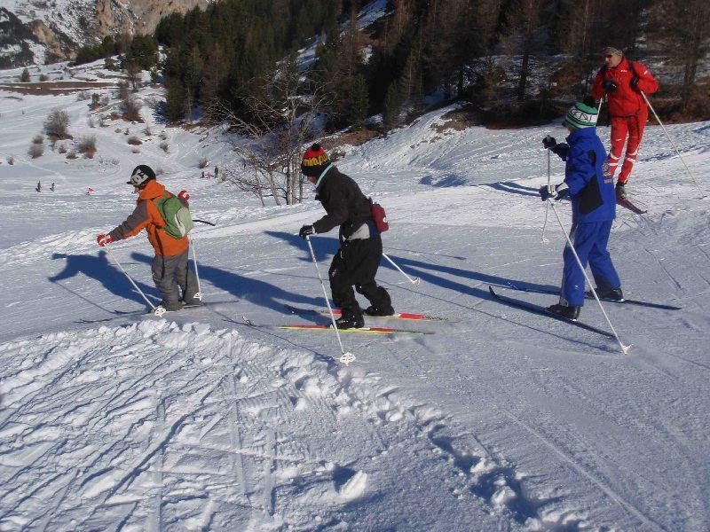 Enfants faisant du ski en colonie de vacances