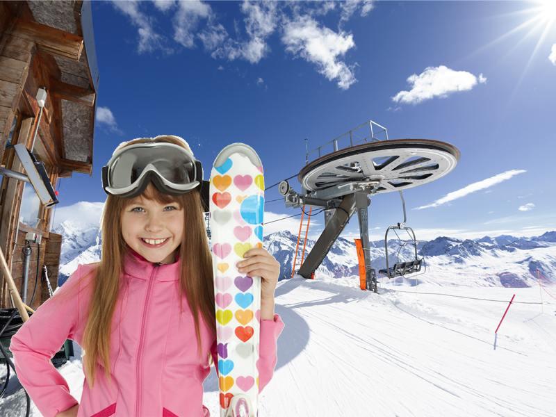 Jeune fille tenant ses skis