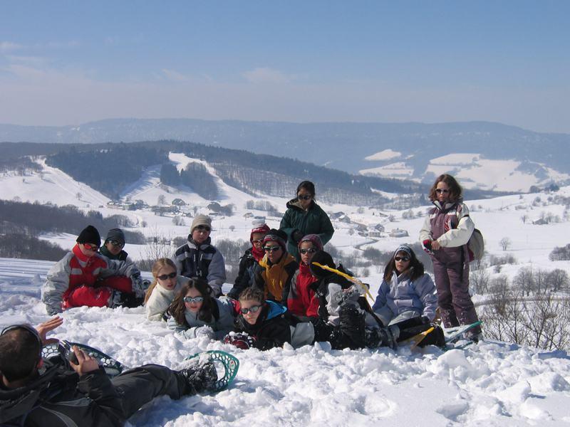 Groupe d'enfants assis dans la neige