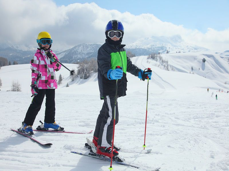 Deux enfants en train de faire du ski