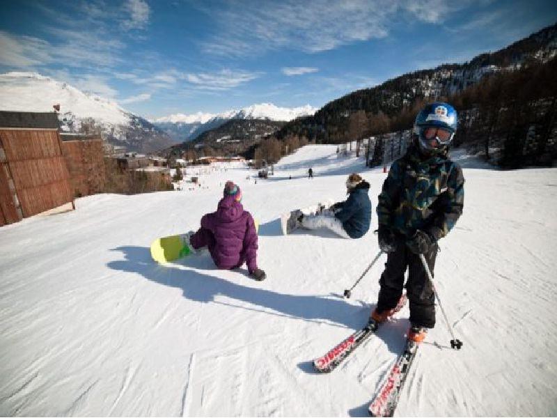 Jeunes sur les pistes pratiquant le ski et le snowboard