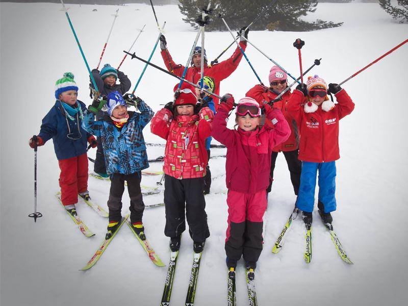 Groupe d'enfants à ski en colonie de vacances