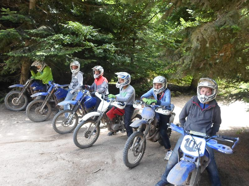 Groupe d'ados à moto cross