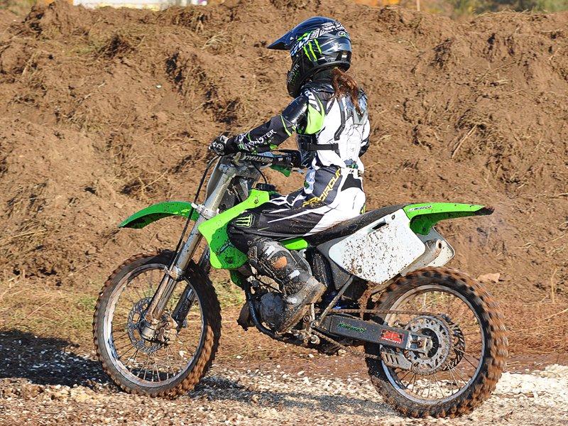 Adolescente conduisant une motocross en colonie de vacances