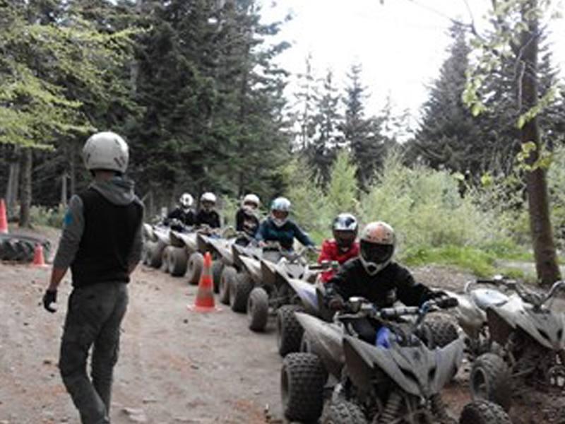 Groupe d'adolescents pratiquant le quad en colonie de vacances