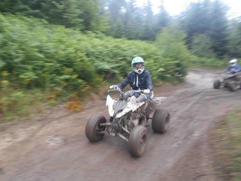 Enfant pilotant un quad