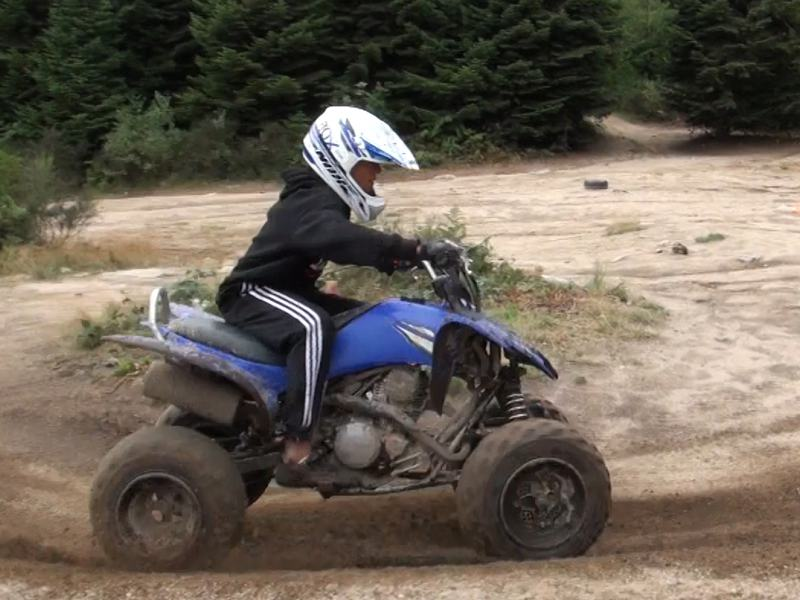 Adolescent apprenant à faire du quad en colonie de vacances
