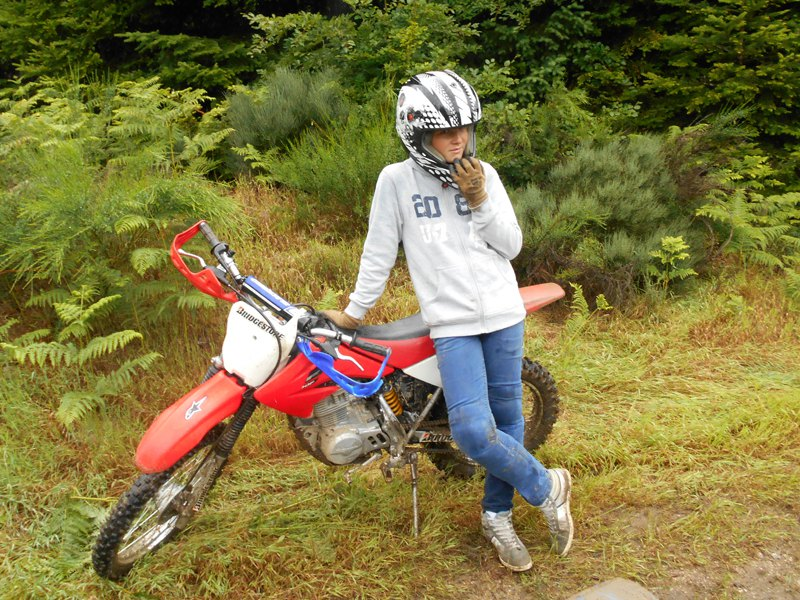Enfant pratiquant la moto cross en colonie de vacances