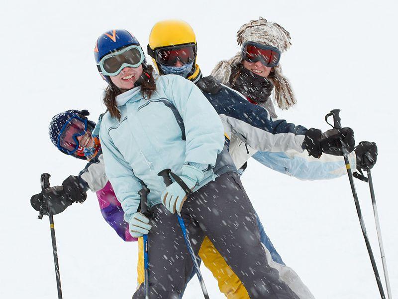 Groupe d'adolescents sous la neige sur les pistes de Courchevel