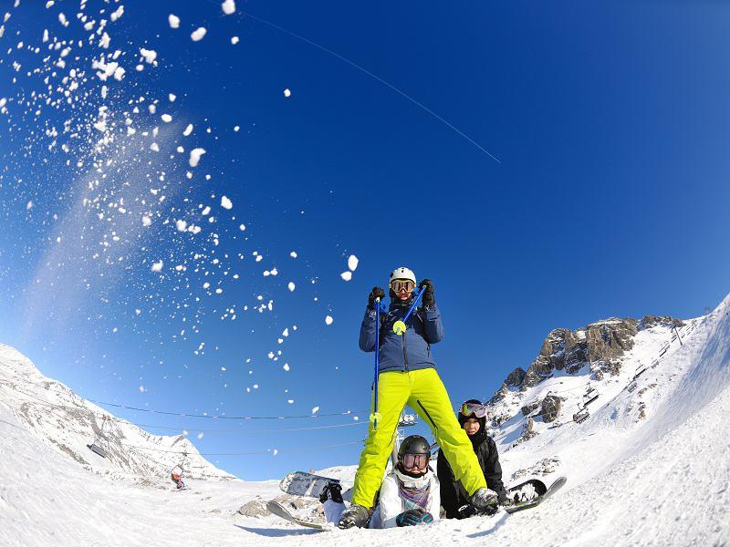 Bataille de boules de neige entre adolescents