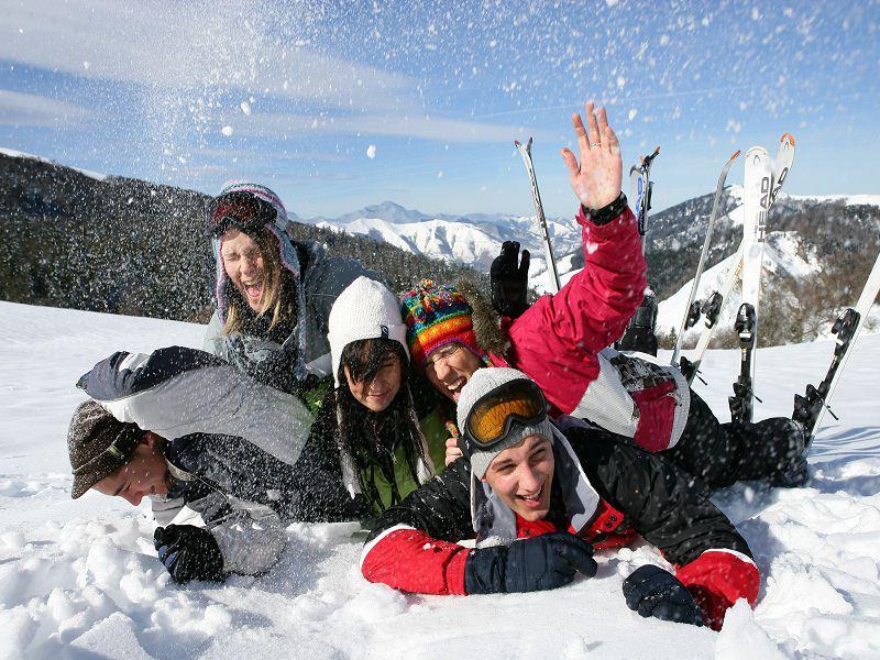 Groupe d'ados s'amusant dans la neige sur les pistes de ski de Courchevel