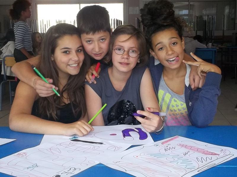 Groupe de jeunes en train de dessiner