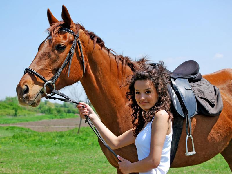 Jeune fille tenant son cheval