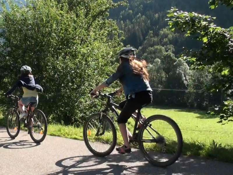 Groupe de jeunes en randonnée à vélo en colo