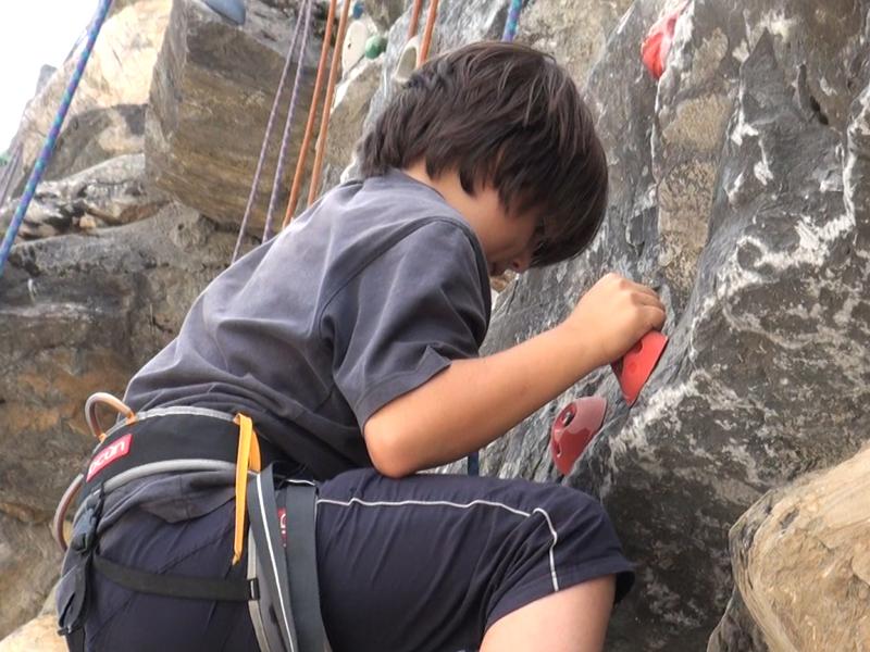 Enfant grimpant à l'escalade