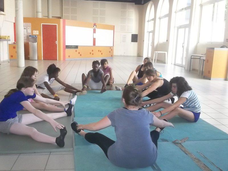 groupe d'enfants faisant des étirement en colonie de vacances de danse