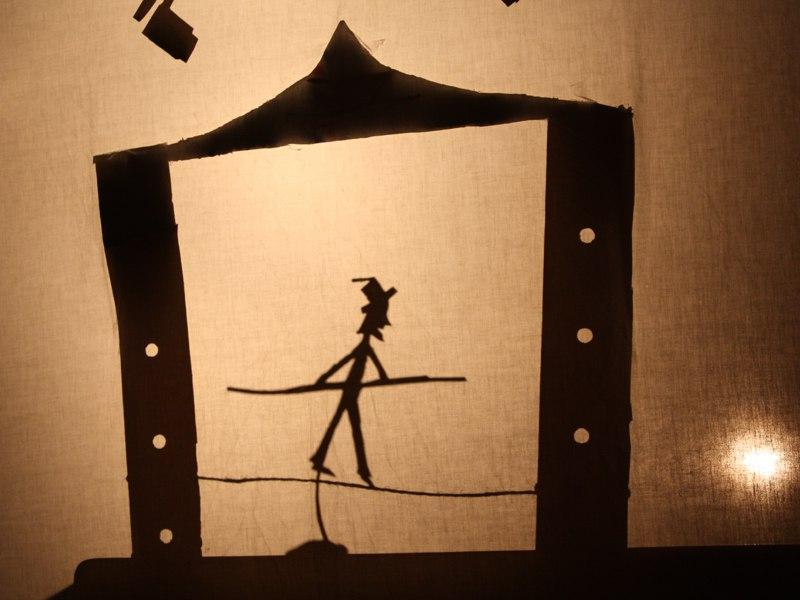 représentation théatrale d'un funambule en colonie de vacances