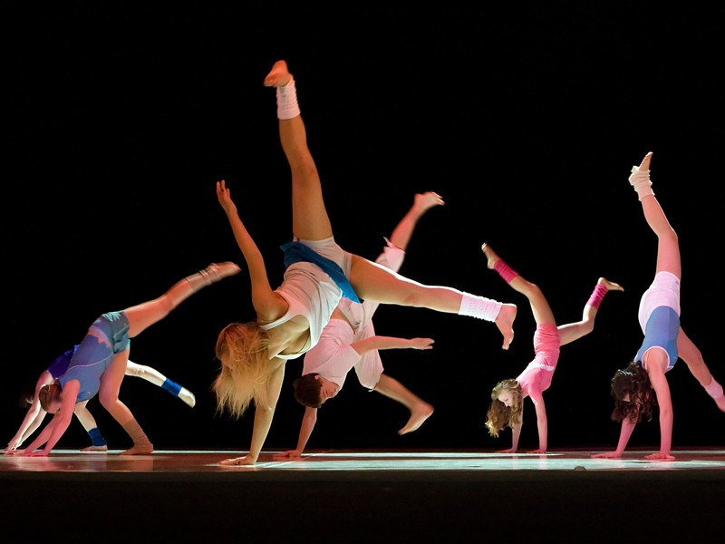 groupe d'ados faisant de la danse en colo