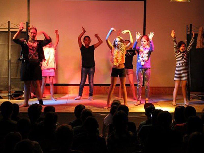 groupe d'ados et préados sur scène en colonie de vacances danse et chant