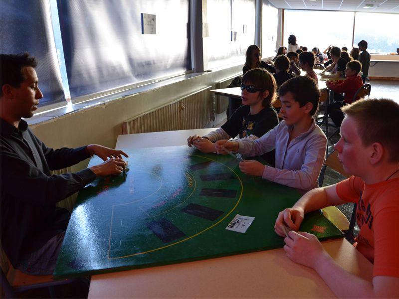 Enfants jouant aux jeux de société en colo