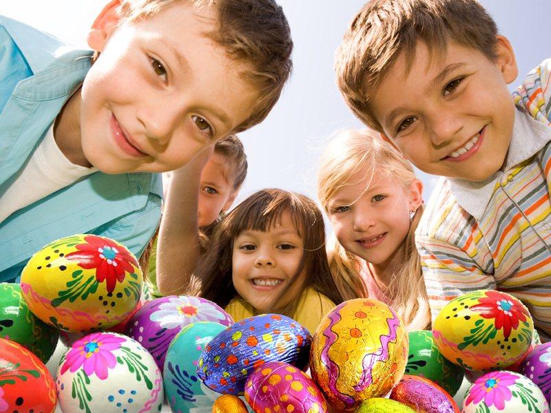 Enfants cherchent les oeufs de paques en colonie de vacances