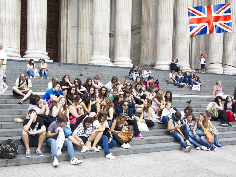 Groupe d'adolescents en séjour linguistique à Londres assis sur les marches du National Gallery museum