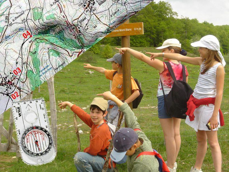 Groupe d'enfants en randonnée à la campagne en colonie de vacances