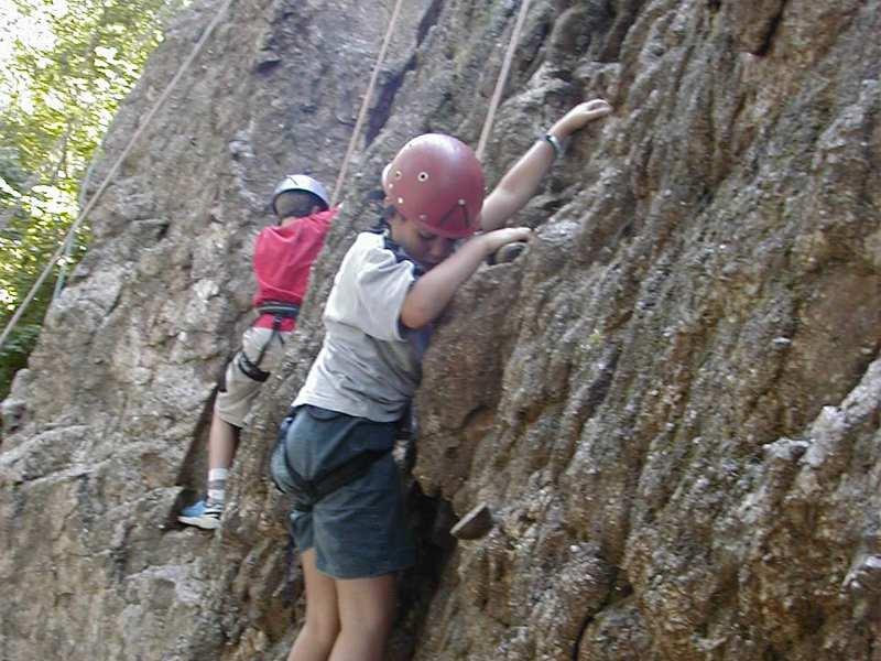 Enfants faisant de l'escalade en colonie de vacances