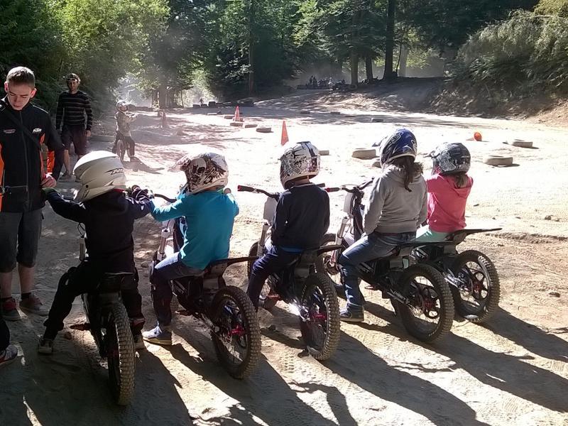 Groupe d'enfants apprenant à conduire une moto en colo