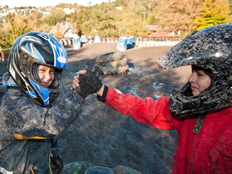Enfants avec un casque de moto en colo