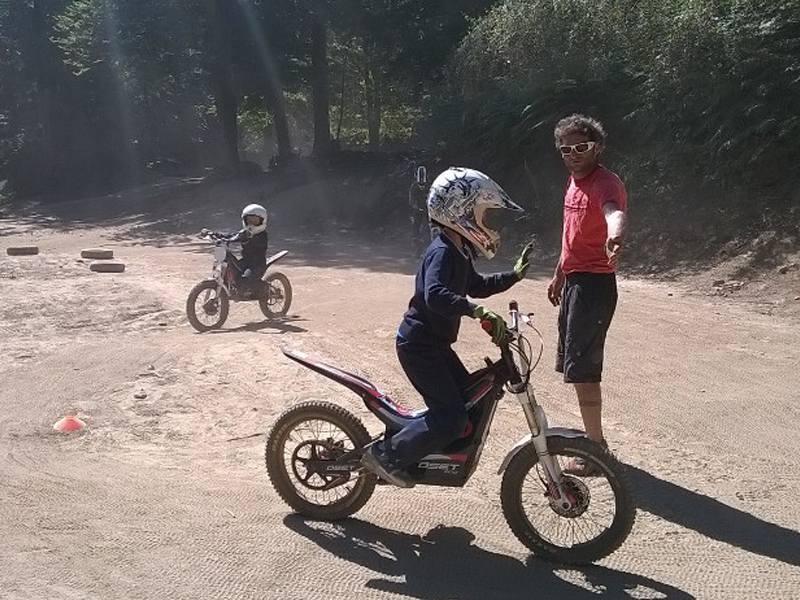 Jeune enfant de 8 ans conduisant une moto en colonie de vacances