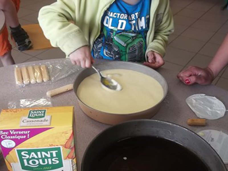 Enfant préparant une tarte en colonie de vacances