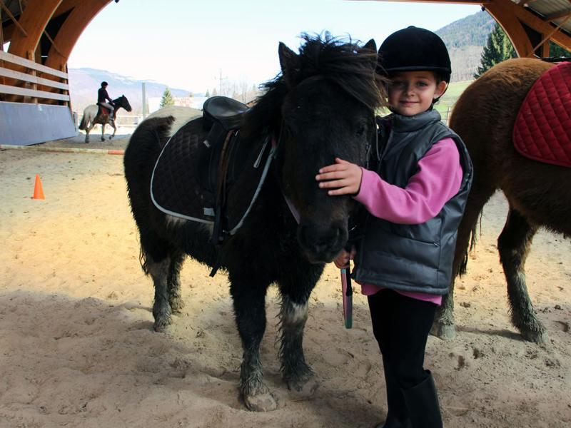 Enfant de 7 ans et son poney en colonie de vacances