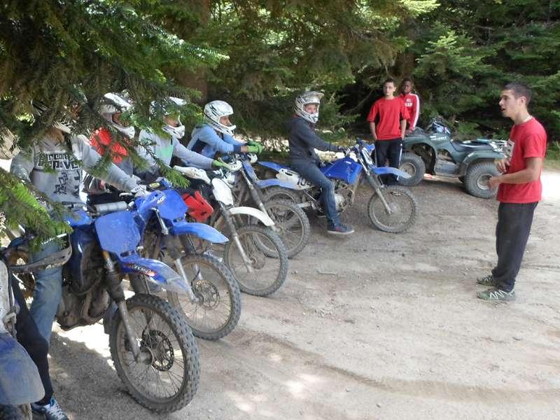 groupe d'enfants à moto à la campagne en colonie de vacances
