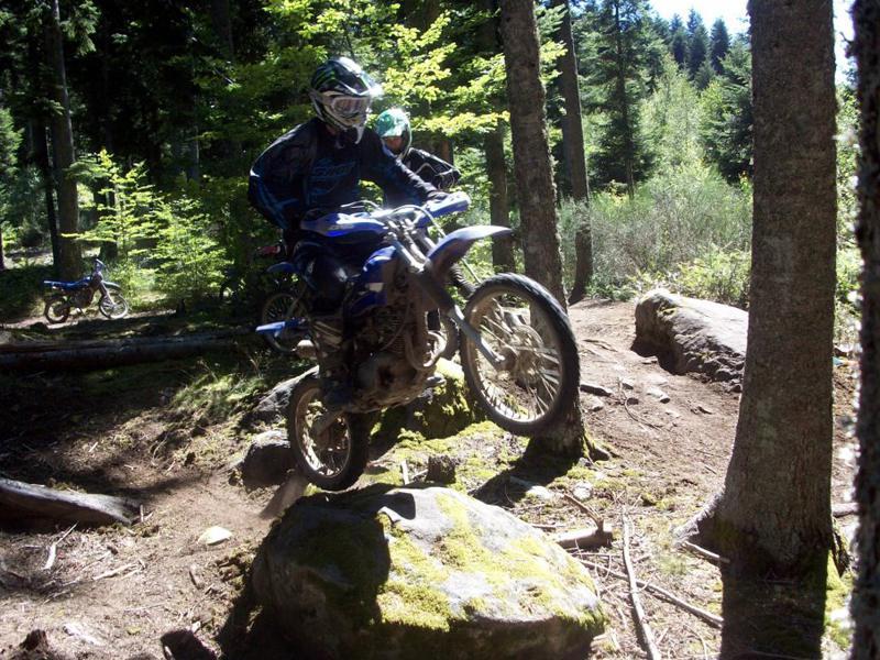 ado faisant de la moto en forêt en colonie