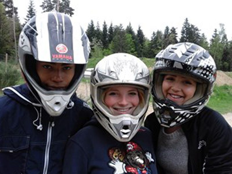 Adolescents portant un casque de moto en colonie de vacances