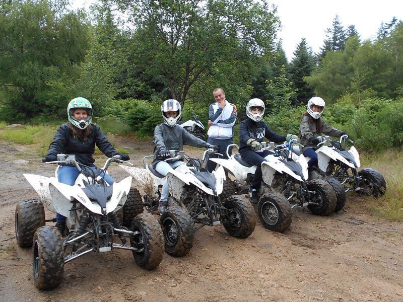 Groupe d'ados en balade à la campagne en quad
