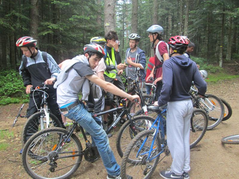 groupe d'enfants en colonie de vacances à vélo
