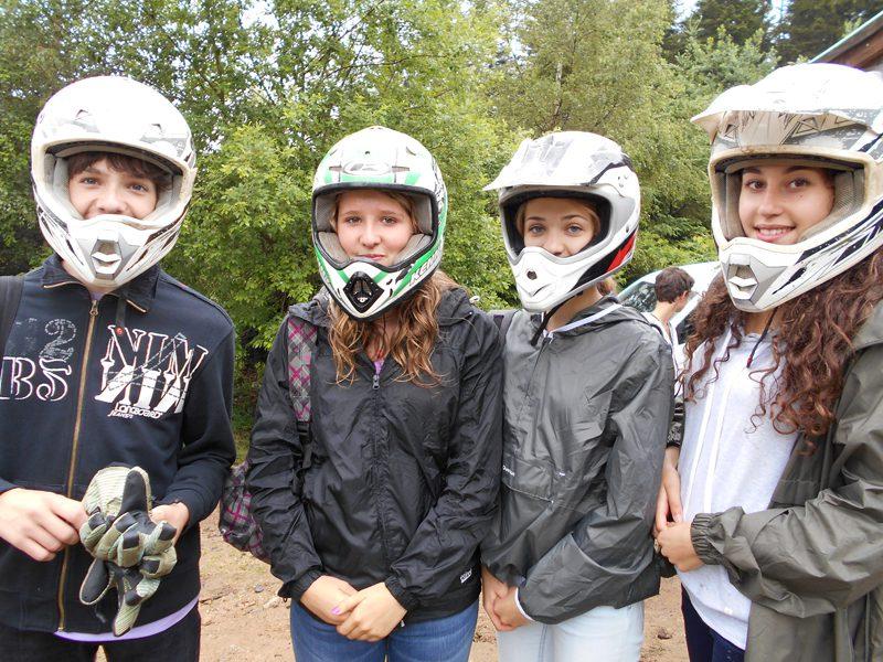 groupe d'ados portant un casque en randonnée à quad en colo