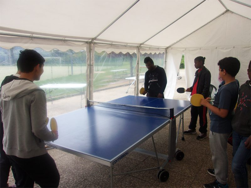 Enfants jouant au tennis de table en colonie de vacances