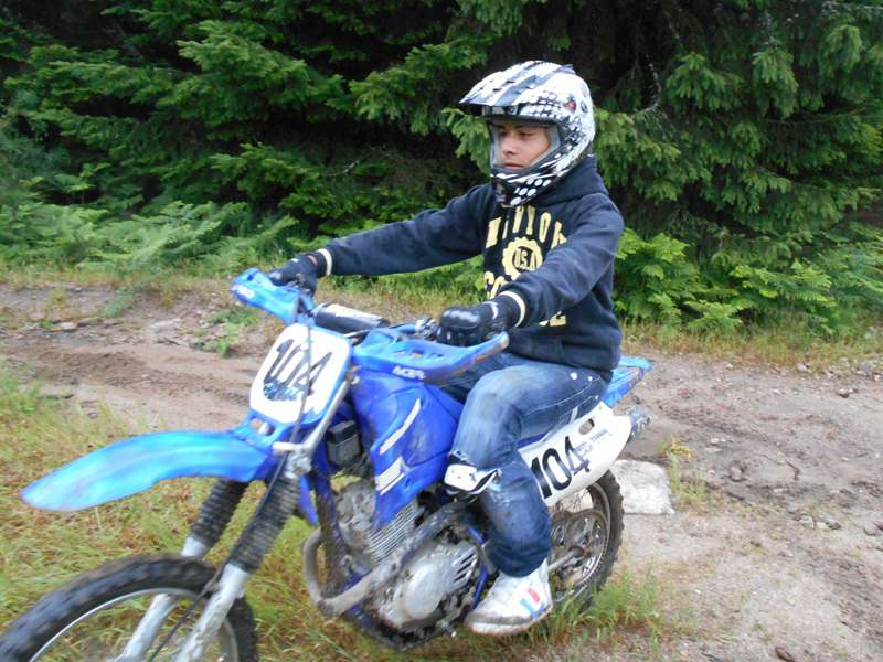 Enfant apprenant à faire de la moto cross en colonie de vacances