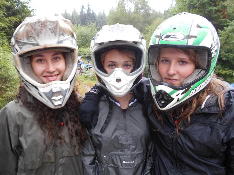 Portrait de trois ados avec un casque de moto en colo quad et moto